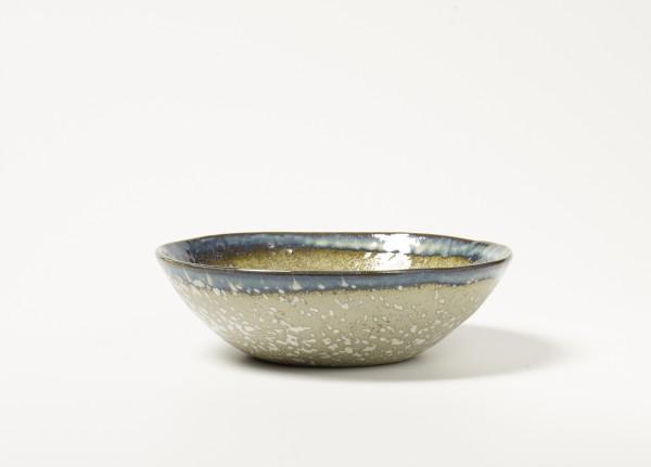Schale ø 18 cm H 5,5 cm Oberfläche weiß gesprenkelter beiger Untergrund Rand blau