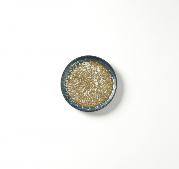 Teller ø 14,5 cm H 1,5 cm Oberfläche weiß gesprenkelter beiger Untergrund Rand blau