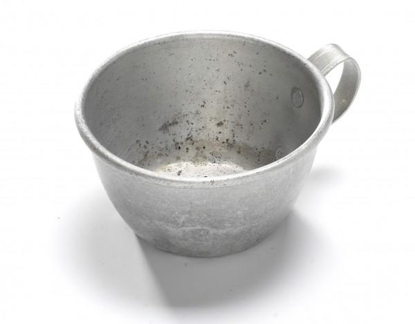 Tasse aus Weißblech, vintage, leicht konisch, ø 10 cm H 5,5 cm